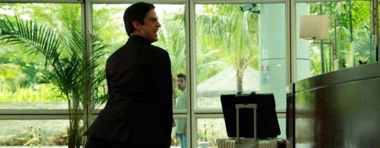 Félix não vai conseguir pagar o hotel e, com raiva, vai dançar funk em cima da peruca do gerente