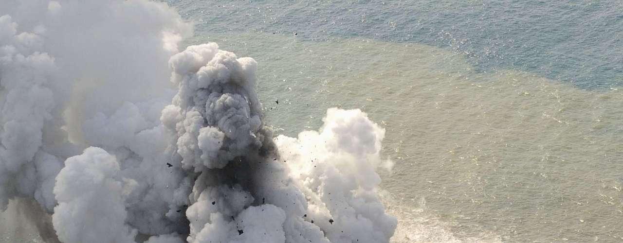 21 de novembro - Imagens aéreas desta quinta mostram fumaça, cinzas e pedras explodindo da cratera