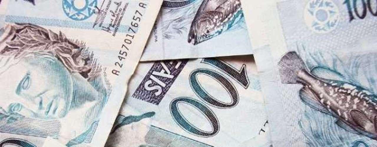 Classificado por ser o anfitrião da Copa de 2014, o Brasil utiliza o real desde 1994. Pode-se comprar R$ 2,31 com um dólar