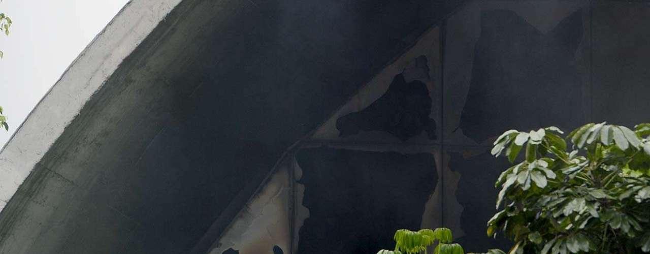 Segundo o major, por volta das 19h, os homens do Corpo de Bombeiros já haviam ocupado todo o interior do prédio e o fogo já estava sendo controlado