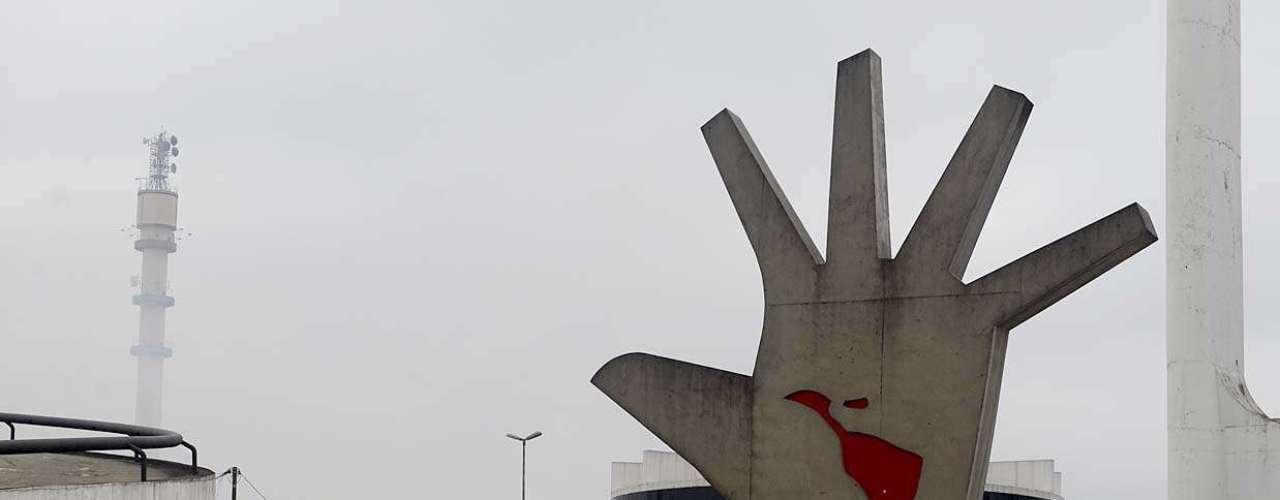 Fumaça toma conta dos arredores do Memorial da América Latina