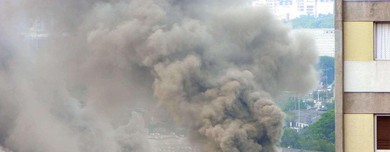 O fogo começou por volta das 15h