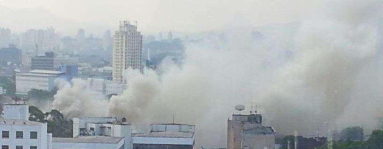 Por volta das 17h30, os bombeiros ainda combatiam o fogo