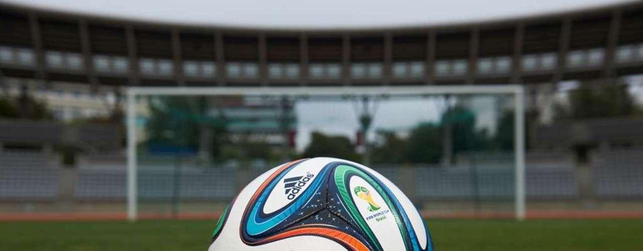 Adidas teve problemas com a Jabulani na Copa do Mundo de 2010. Por isso dessa vez eles usaram a bola até em jogos oficiais, mas com um design diferente