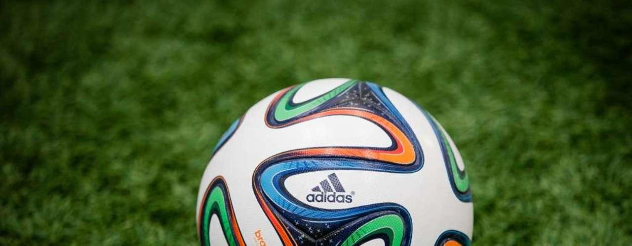 Nomeada de Brazuca, a bola tem linhas com diferentes cores misturadas