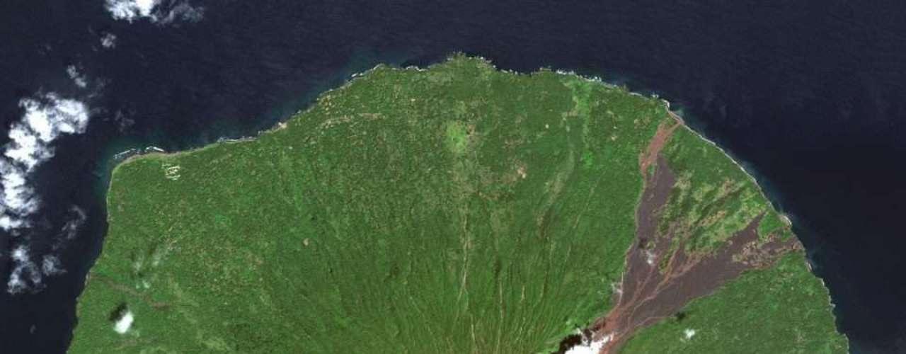Fumaça sai do vulcão Manam, em Papua-Nova Guiné