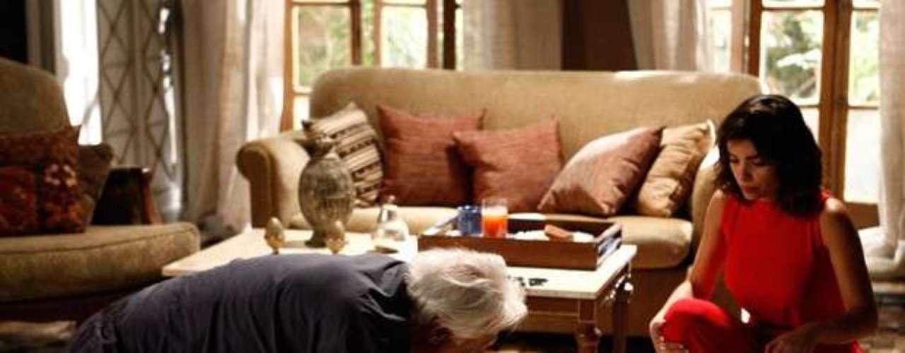 César acorda completamente cego e, desesperado, acaba quebrando tudo pela casa