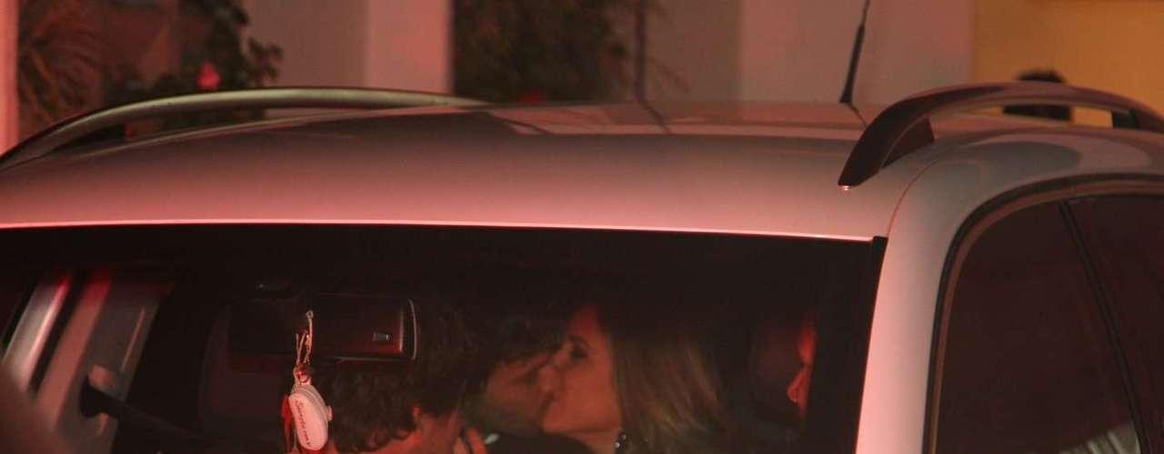Silvia Abravanel , filha de Silvio Santos, se casou na noite dessa sexta-feira (6), em São Paulo, com o cantor sertanejo Edu, da dupla Téo & Edu. Na foto, Patrícia Abravanel beija o namorado Fábio Faria