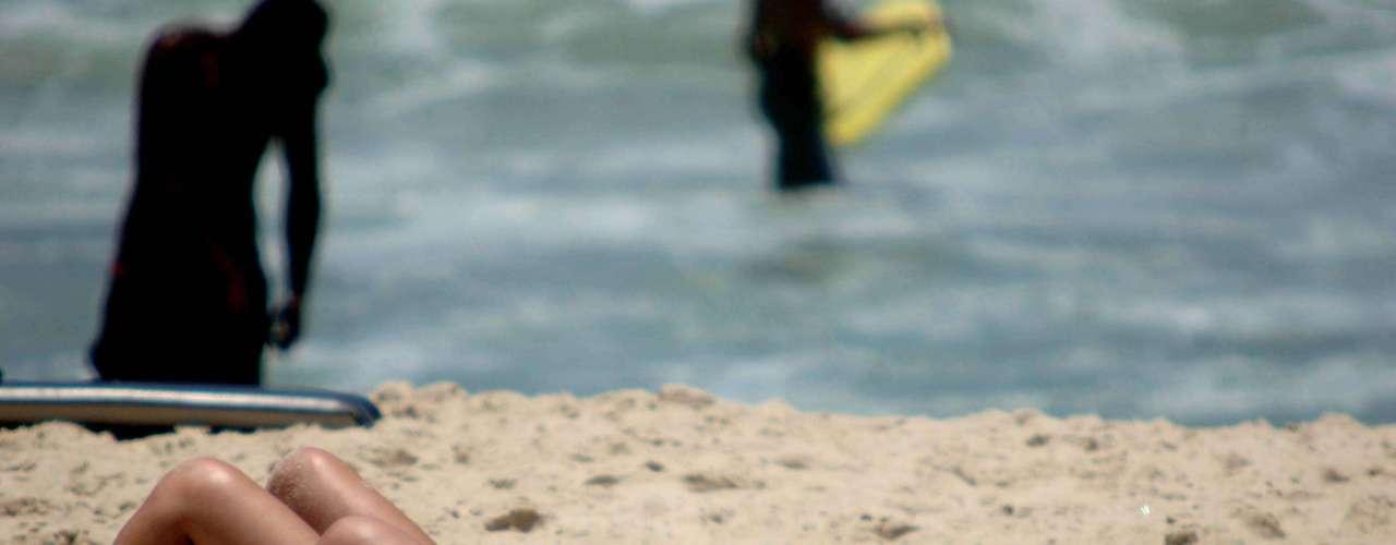 9 de dezembro Garotas tomam banho de sol na praia de Ipanema