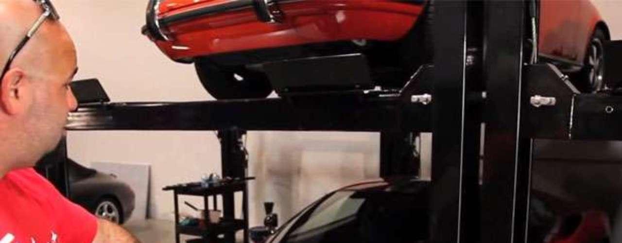 Quase duas semanas após a morte do ator Paul Walker, no último dia 30 de novembro, o site especializado em carros The Smoking Tire revelou nesta semana que um vídeo no qual mostra um galpão recheado com uma imensa coleção de possantes é de propriedade do ator e do amigo que morreu com ele na mesma tragédia, Roger Rhodas, no dia 1º de dezembro