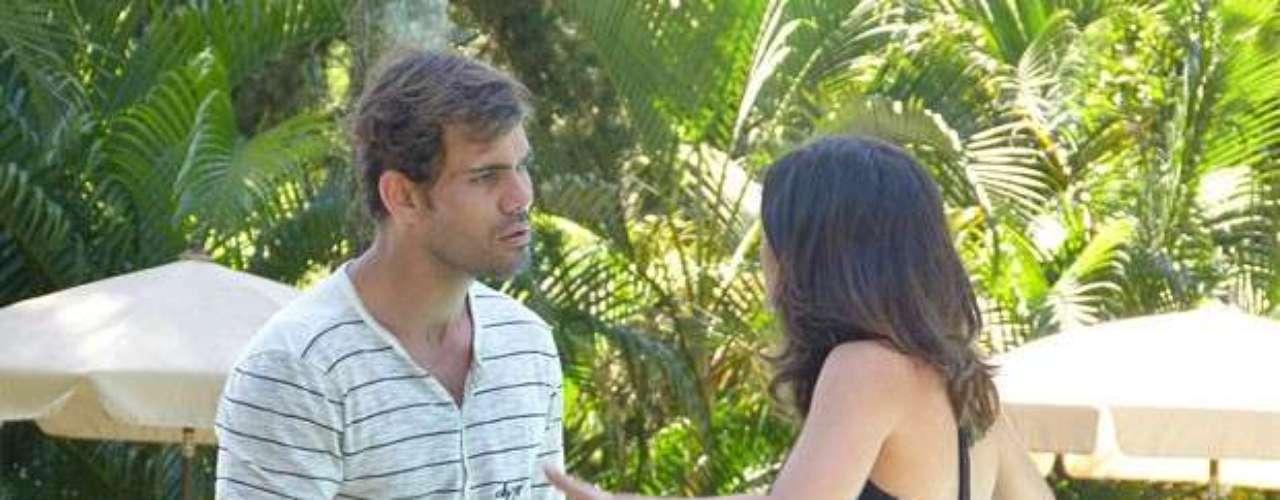 Aline conversa com Ninho sobre a possibilidade de matar César e até a tia Mariah