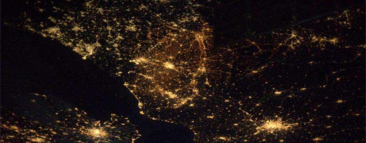 Já Rick Mastracchio destaca a escuridão que domina uma área do Oceano Atlântico, \