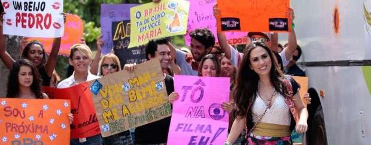 Determinada a conquistar uma vaga no reality showBig Brother Brasil, Valdirene (Tatá Werneck)vai para a porta do Projac e tenta invadir o local. Ela ainda se joga na frente de um carro que acredita ser de Boninho