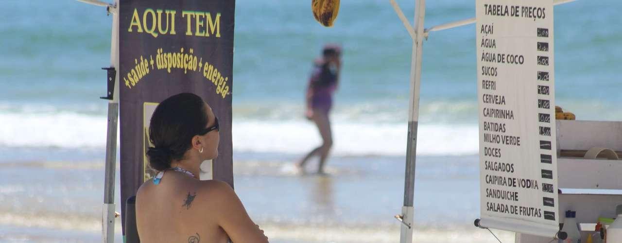 17 de dezembro - Comércios de bebidas foram alternativa para quem queria se refrescar na praia em Florianópolis