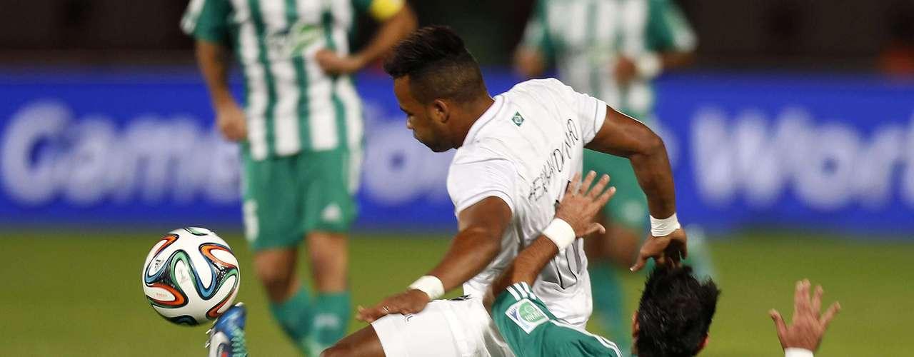 Fernandinho sofre com a marcação de Karrouchy