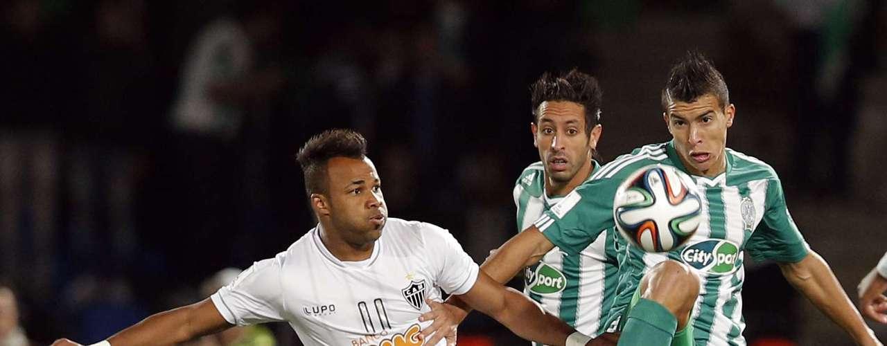 Fernandinho foi um dos jogadores mais ativos do primeiro tempo