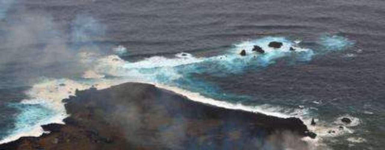 26 de dezembro - Ilha formada por erupções vulcânicas subterrâneas continua aumentando.-