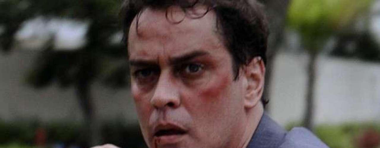 Eron vai ameaçar Fabrício de Niko e acaba levando uma surro do ex-marido