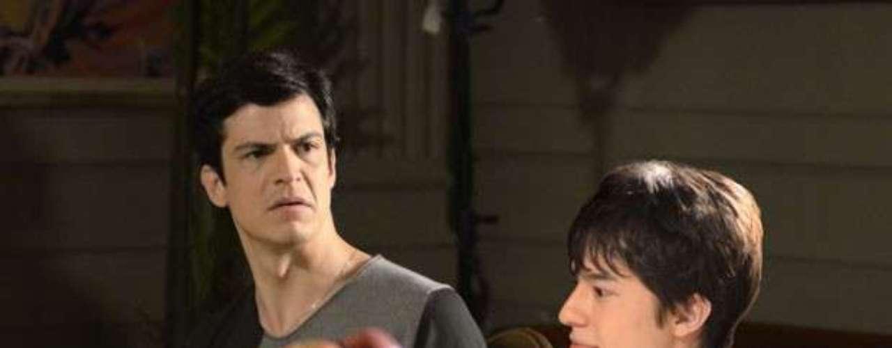 Ao ver Maciel (Kiko Pissolato) descendo as escadas pela manhã, Félix (Mateus Solano) fica desconfiado e alfineta o motorista