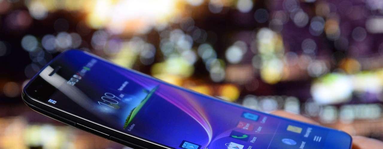 A LG mostra seu smartphone LG Flex, com tela curva de seis polegadas