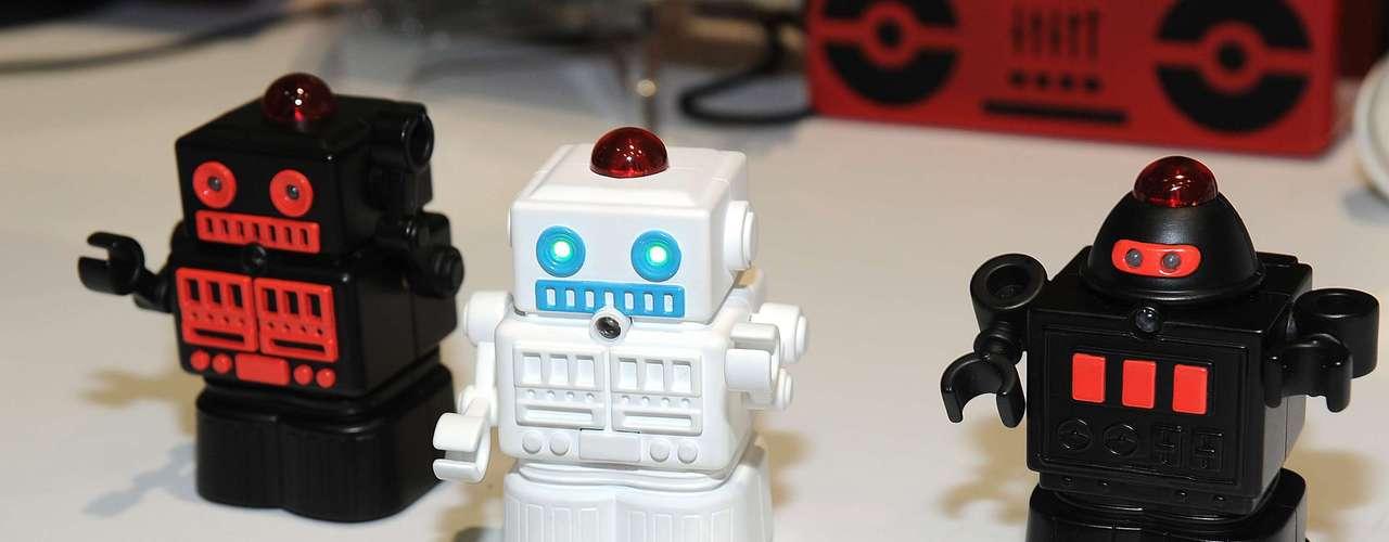 A companhia europeia BeeWi mostra mini robôs de combate controlados via Bluetooth