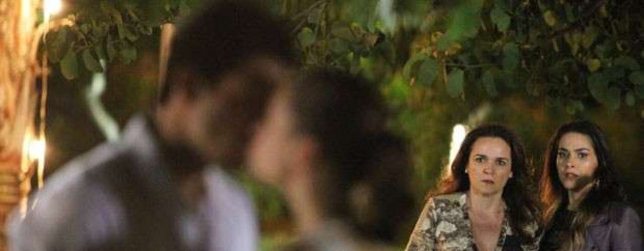 O lindo momento dura até Leila (Fernanda Machado) e Neide (Sandra Corveloni) aparecerem e se depararem com a cena. Linda! Que pouca vergonha é essa?, grita a mãe da moça