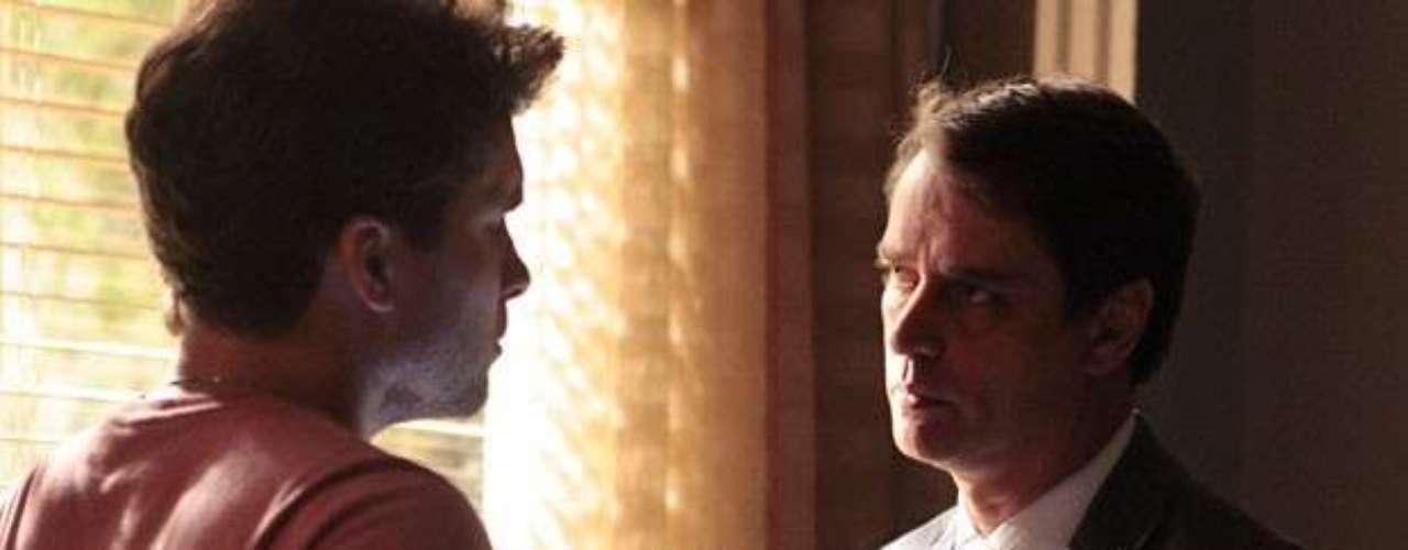 Eron (Marcello Antony) procura Niko (Thiago Fragoso) para pedir perdão.Eu queria, de alguma maneira, ressarcir você pelas coisas ruins que eu fiz, diz o advogado