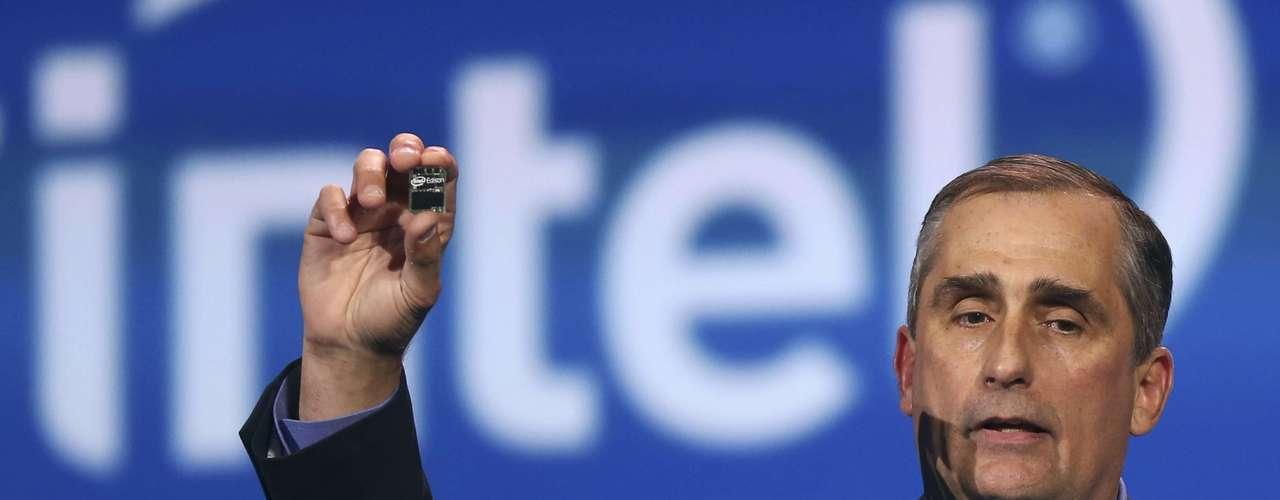 CEO da Intel, Brian Krzanich apresenta um novo computador pessoal no tamanho de um cartão SD, o Edison,durante a CES 2014, em Las Vegas