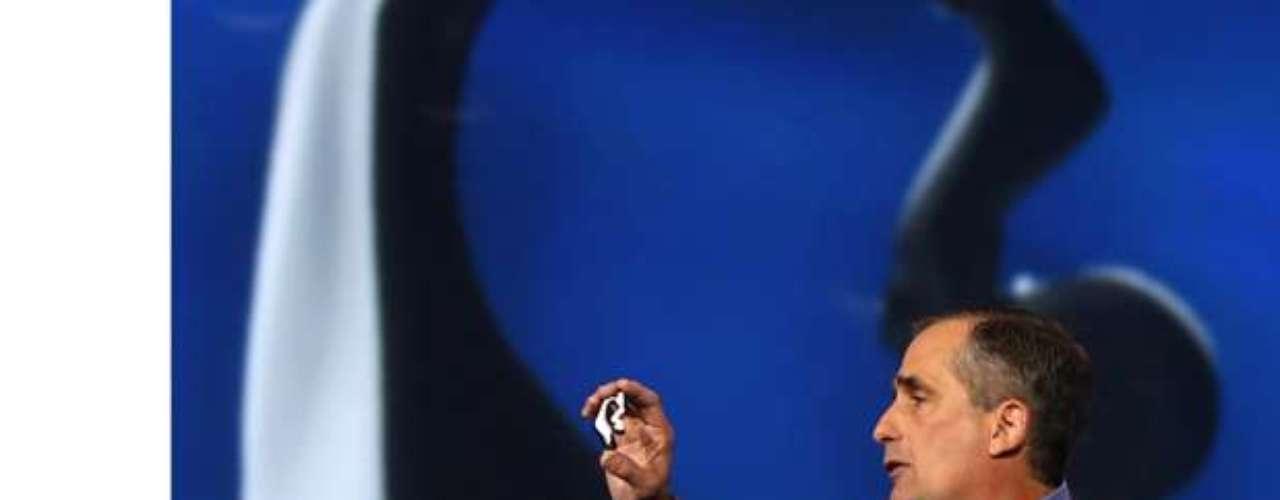 Brian Krzanich, CEO da Intel apresenta fones de ouvido que monitram a frequência cardíaca