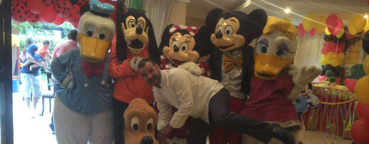O empresário Vagner, de 37 anos, é o mais velho da turma do 'BBB14'. Nas redes sociais, o paulistano publica fotos entre amigos e familiares e cozinhando em eventos. Em suas costas, uma grande tatuagem com a frase 'Deus seja louvado' chama atenção