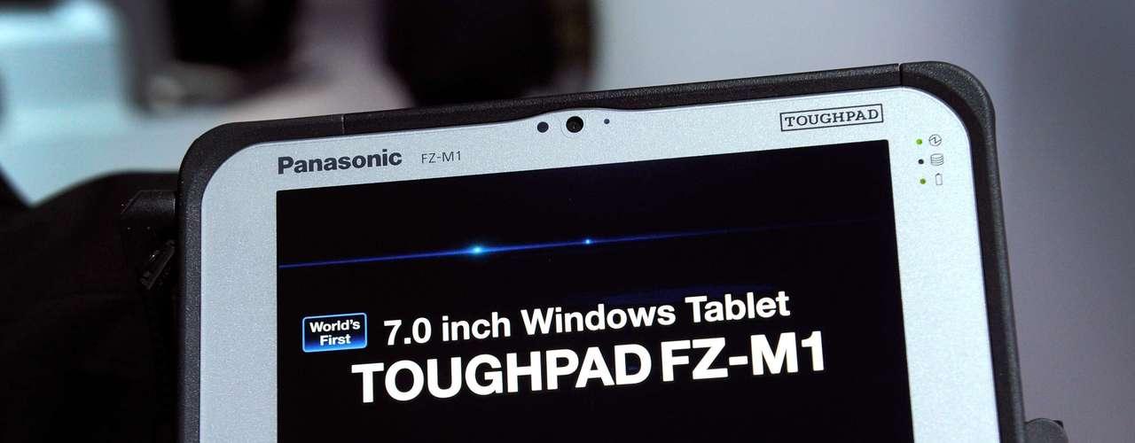 Panasonic mostra o tablet de 7 polegadas Toughpad roda Windows e tem processador Intel. Ele suporta quedas, choque, vibrações, umidade e temperaturas extremas, além de ser protegido contra peira e água