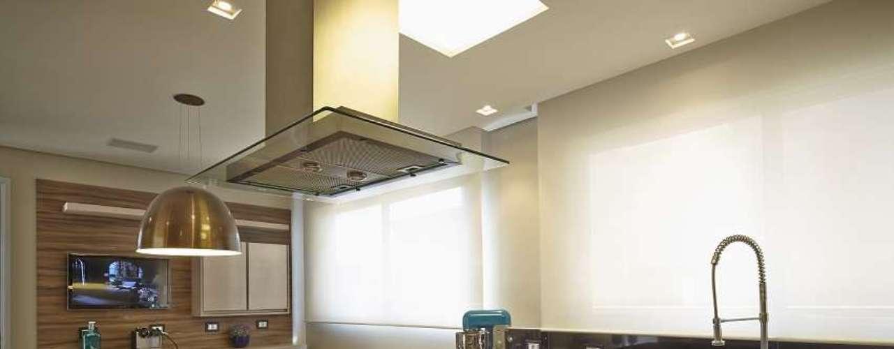 Fugir do preto e branco era o principal desejo dos moradores, sendo assim, a cor escolhida pela arquiteta Adriana Bijarra Cuoco foi o marrom claro, que pode ser visto tanto nas portas dos armários como nas paredes da cozinha integrada à sala