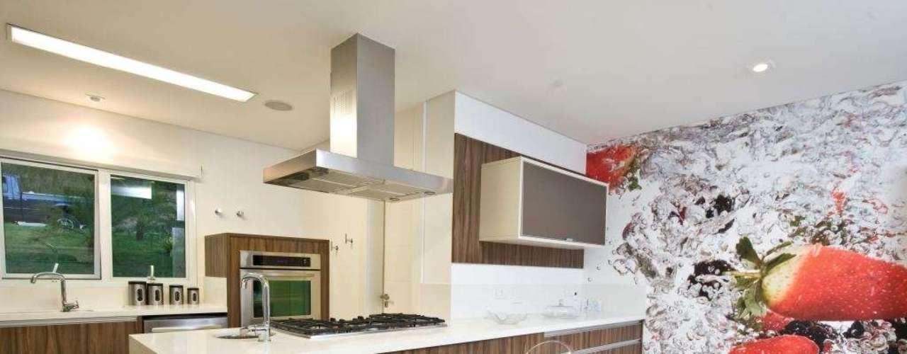 Branco e amadeirado dividem espaço na cozinha americana proposta pela arquiteta Cristiane Schiavoni. Informações: (11) 3649-4900