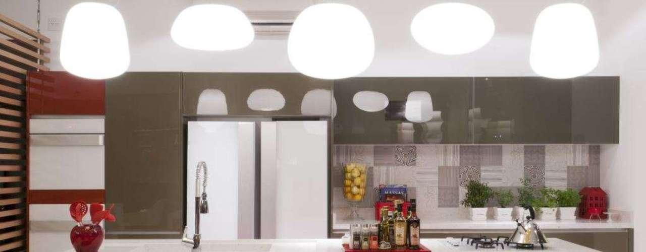 No projeto de Irene Torre com móveis Segatto, a cor bordô dá um toque a mais à cozinha. Informações: (11) 3088-6924