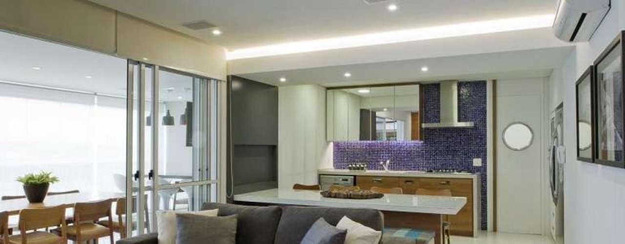 Pastilhas e portas dos móveis espelhadas chamam atenção na cozinha americana, assinada pelo Studio SM2, das arquitetasAgnes Manso e Alice Miglorancia. Informações: (11) 5044-5628