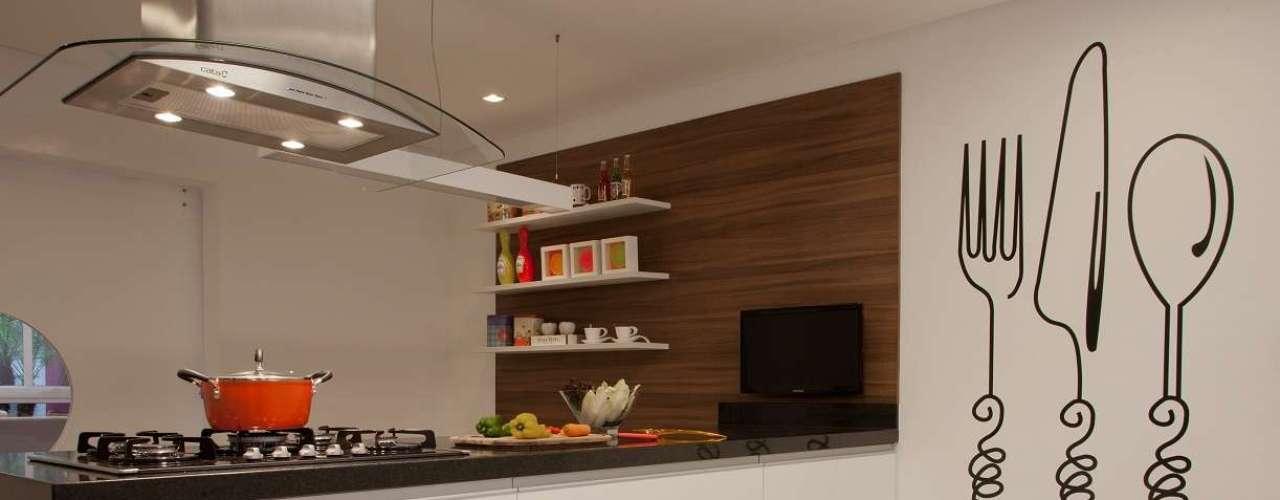 A cozinha assinada pela arquiteta Orlane Santos conta com adesivo de parede em formato de talheres. Informações: (11) 4316-4962