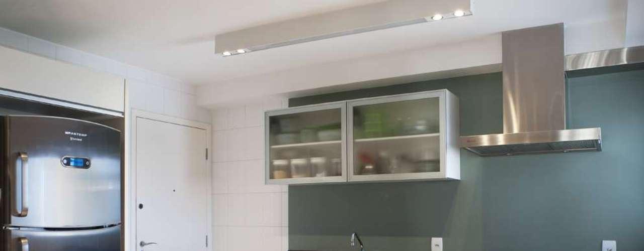A parede atrás da bancada da pia e a oposta foram revestidas com um laminadomelamínico na cor verde-pastel. O ambiente de pisos e azulejos brancos ganhou outro toque de cor com cadeiras vermelhas. O projeto é assinado pelas arquitetas Ana Cristina Tavares e Claudia Krakowiak, da Krakowiak & Tavares Arquitetura. Informações: (11) 3045-2443