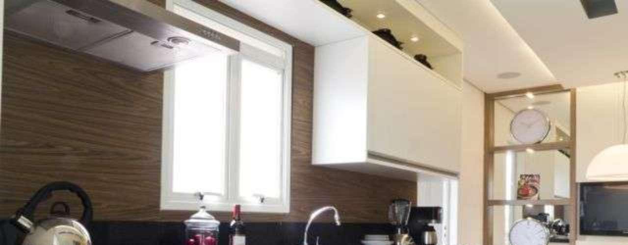O branco e o amadeirado marcam presença na cozinha proposta pela arquiteta Camila Klein. Informações: (11) 5041-4529