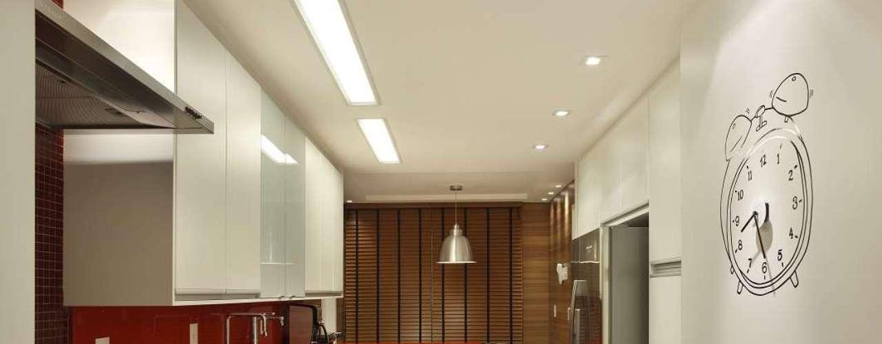 A cor vermelha dá toque moderno à cozinha assinada pela arquiteta Eliane Fiuza