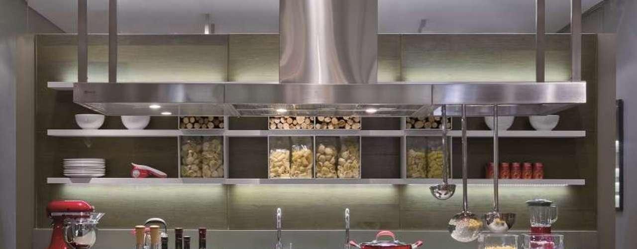 A cozinha Satyrium, da Ornare, tem sistema de iluminação embutido nos módulos e componentes. Informações: (11) 4615-4244