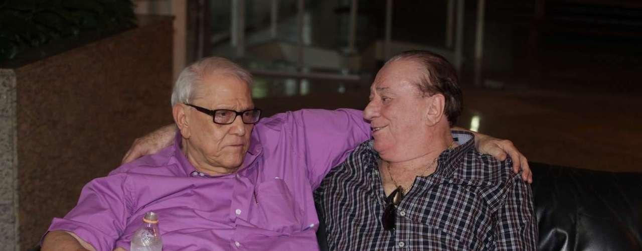 Ary Toledo chegou emocionado ao velório de sua mulher, Marly Marley, na manhã deste sábado (11). A cerimonia está aconteceu no cemitério do Morumbi, em São Paulo. Marly tinha 75 e morreu na noite de sexta-feira (10), devido à encefalopatia hepática.
