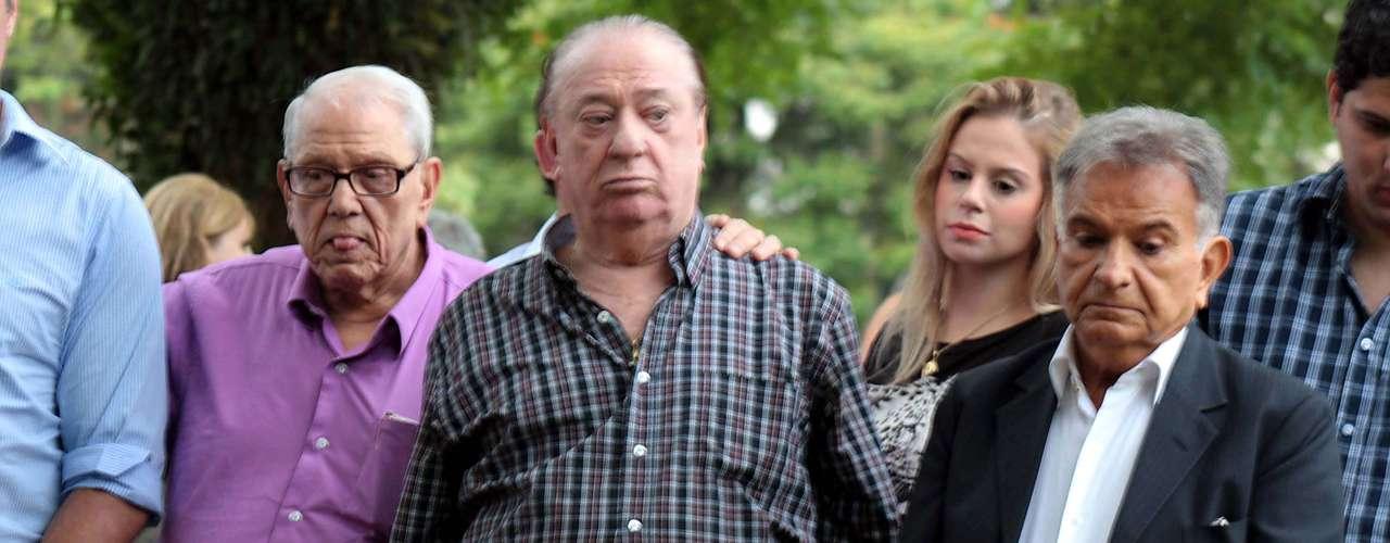 Ary Toledo e Raul Gil se emocionaram neste sábado (11) no enterro de Marly Marley, no cemitério do Morumbi, em São Paulo