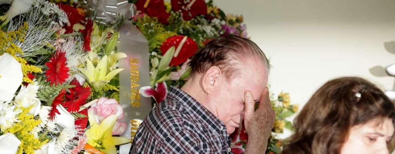 Ary Toledo chegou emocionado ao velório de sua mulher, Marly Marley, na manhã deste sábado (11). A cerimoniaaconteceu no cemitério do Morumbi, em São Paulo. Marly tinha 75 e morreu na noite de sexta-feira (10), devido à encefalopatia hepática. O humorista recebeu o apoio dos apresentadores Raul Gil e Ronnie Von