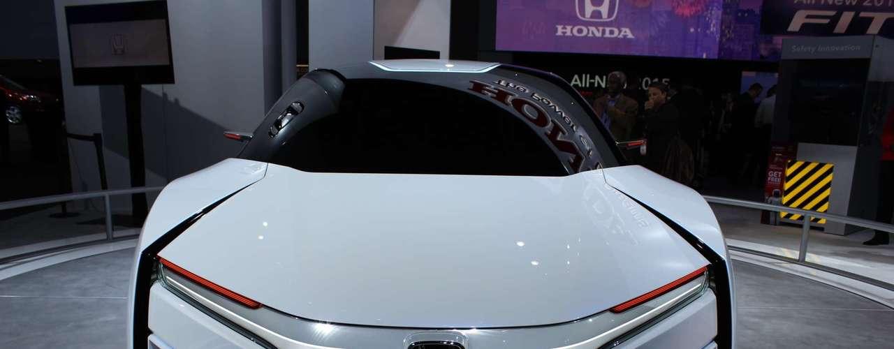 """Após a estreia em Los Angeles no ano passado, o protótipo de carro movido a hidrogênio da Honda parece mais longe da realidade que o modelo apresentado pela rival Toyota, o FCV. Ambas montadoras prometem colocar os carros com propulsores alternativos nas ruas em 2015, mas antes a Honda precisa aprimorar o conceito """"ultra-aerodinâmico"""" que foi pensado para FCEV"""