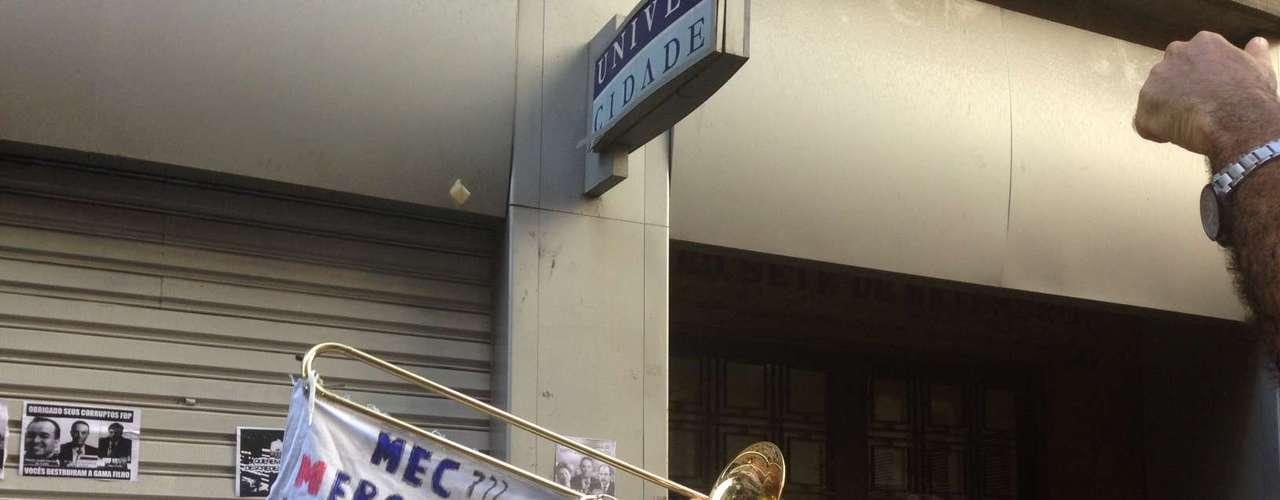 14 de janeiro -Estudantes protestam na porta do prédio onde funciona o grupo Galileo no Rio de Janeiro
