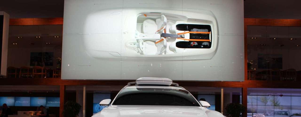 Embora antecipe uma renovação da XC 90, um dos modelos mais vendidos da marca, o conceito da Volvo parece muito distante da produção. Enquanto a traseira parece factível, tirando os detalhes em laranja, a frente é bastante pronunciada, como um nariz adunco, indo contra a aerodinâmica do veículo