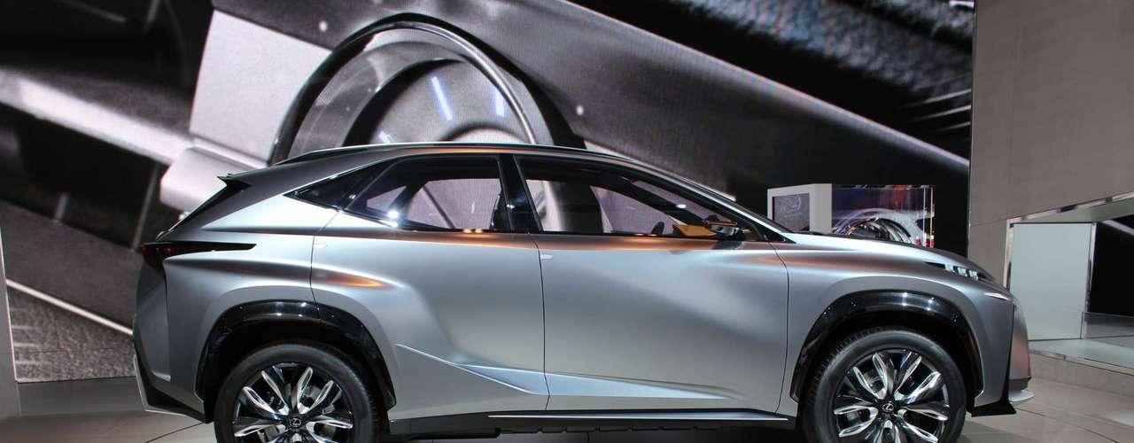 A ideia de esportivo utilitário que a Lexus trouxe a Detroit tem formato agressivo, com grade frontal gigante, vincos profundos, muitos ângulos e olhar de alienígena monstruoso feito em LED. Mas debaixo do capô ele é amigável, com motor a gás de 2.5 litros aliado a propulsor elétrico, com baixo consumo e emissão de poluentes