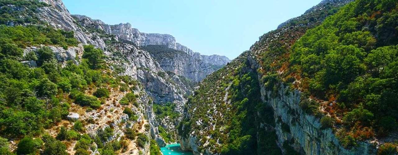 Gorges du Verdon Visualize a combinação: um rio de águas turquesas atravessando um gigante cânion, este rodeado de imponentes falésias de calcário que sediam, em seu topo, vastos campos de lavanda com visual cor de púrpura e suaves aromas. Ok, pode parar de sonhar acordado. Tudo isso e mais fazem do Gorges du Verdon, nos Alpes de Haute-Provence (sudeste da França), um dos mais belos parques regionais franceses