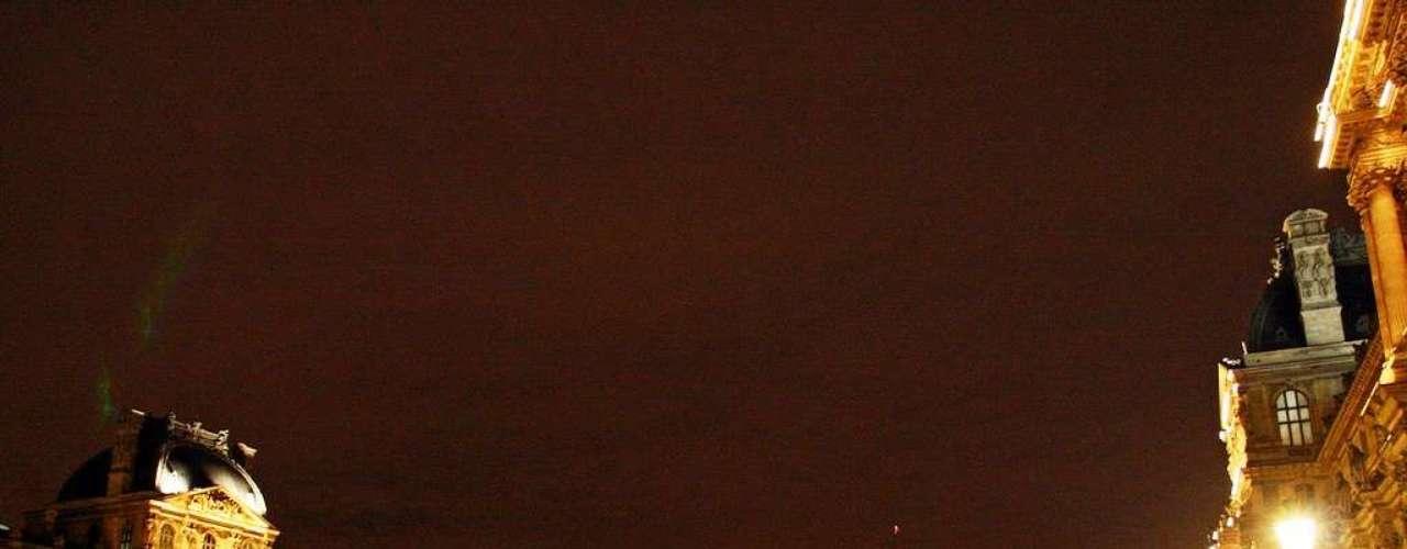 Paris e seus monumentos Como deixar a capital de fora da lista? Realmente impossível. Paris respira arte, cultura, história, arquitetura, tradição, beleza. Um sem fim número de monumentos faz a festa de qualquer visitante: do Museu do Louvre  uma antiga residência real, com sua pirâmide de vidro no pátio  às simbólicas Catedral de Notre-Dame e a Sacré-Coeur, ao sempre imponente Panteão. Se a Torre Eiffel é o símbolo máximo de Paris, é no bairro de Montmartre que um café no fim de tarde terá um gostinho especial. Termine com um passeio noturno pela Pont des Arts, e irá entender porque Paris é uma das cidades mais visitadas do mundo