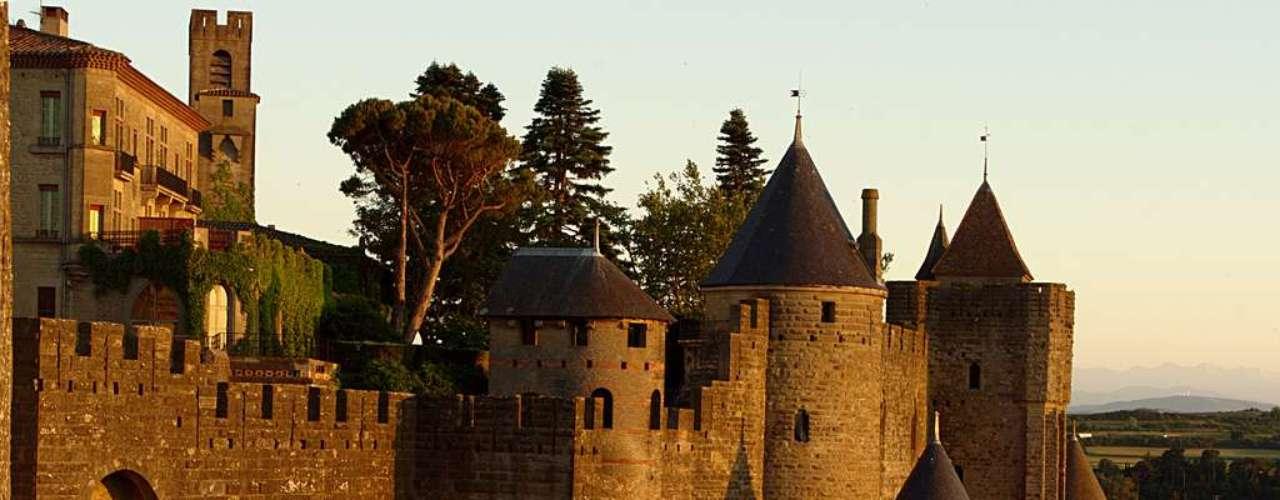 Cidadela medieval de Carcassonne A pequena cidade de Carcassonne, a 90km de Toulouse, existe desde o século 1 a.C., então uma cidade romana. Foi transformada em uma fortaleza no século 9para defender-se contra os espanhóis. Seu espetacular conjunto arquitetônico medieval, cercado por 59 torres e barbacãs, está inscrito como Patrimônio Mundial da UNESCO. Entre seus destaques estão a magnífica Basílica de St. Nazaire (São Nazário) e o Château Comtal (Castelo dos Condes). Foi renovada no século 19, e depois passou a receber visitantes. À noite, os muros da fortaleza iluminam-se e ficam mais belos, dando à cidade um charme único